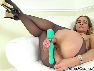 English milf Elegant Eve is toying her fabulous fanny